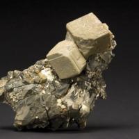 Amostra mineralógica da mina da panasqueira mostrando Siderite sobre Pirite